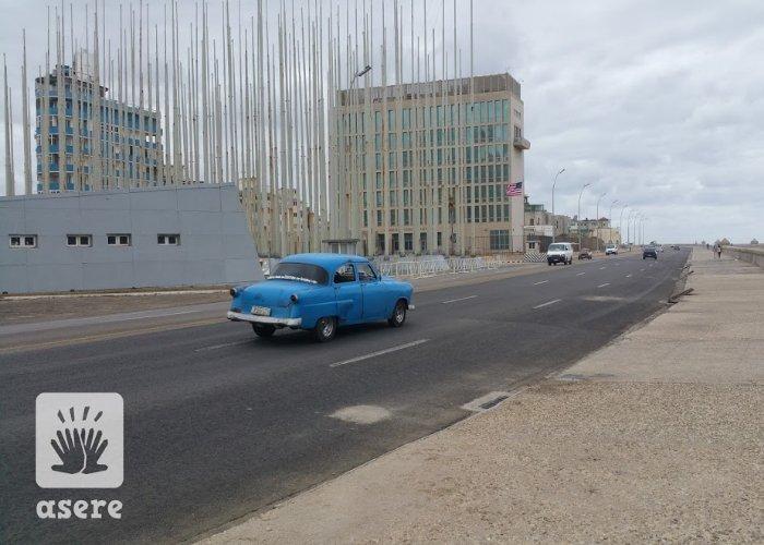 Auto pasa por delante de la embajada de EEUU en Cuba