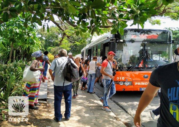 Cubanos hacen cola para el transporte público