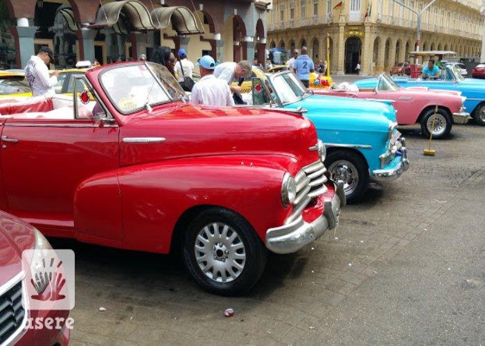 Almendrones frente al hotel en La Habana Vieja