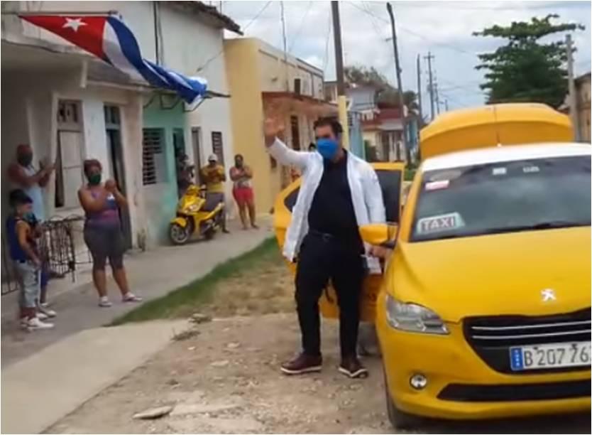 El emotivo recibimiento de un médico cubano en su barrio de Cuba