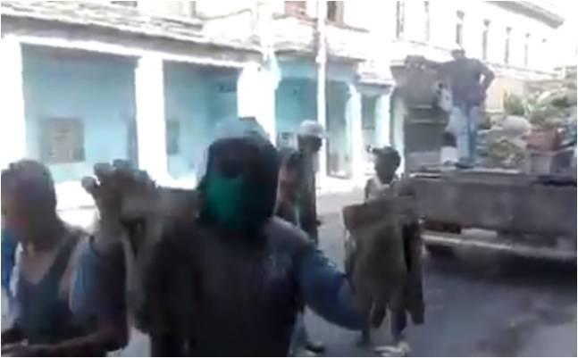 Trabajadores desinfectan La Habana sin guantes ni mascarillas