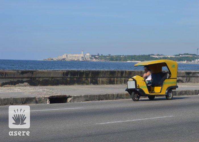Coco Taxi por el Malecón de La Habana, en Cuba