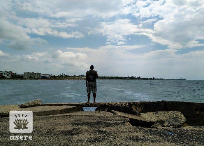 Hombre pesca en La Habana