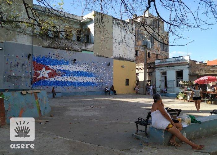 Parque en La Habana con mural de la bandera de Cuba