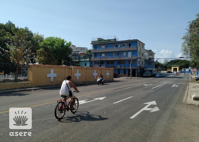 Cubano en bicicleta en La Habana