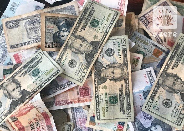 Pesos cubanos y dólares estadounidenses