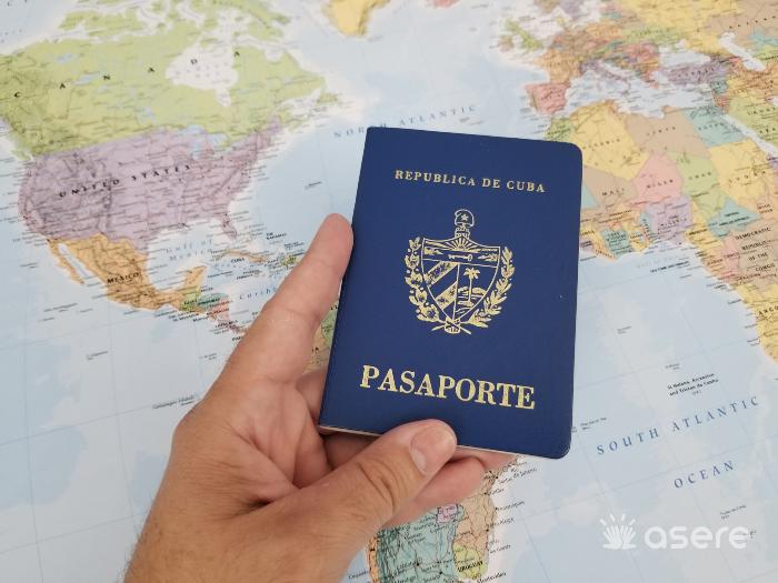 Cubanos firman petición para exigir la cancelación del pago por la prórroga de residencia